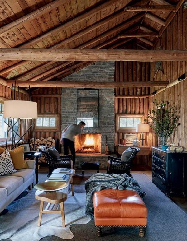 Wohnzimmer im Landhausstil viel Holz Balken Kamin Steinwand