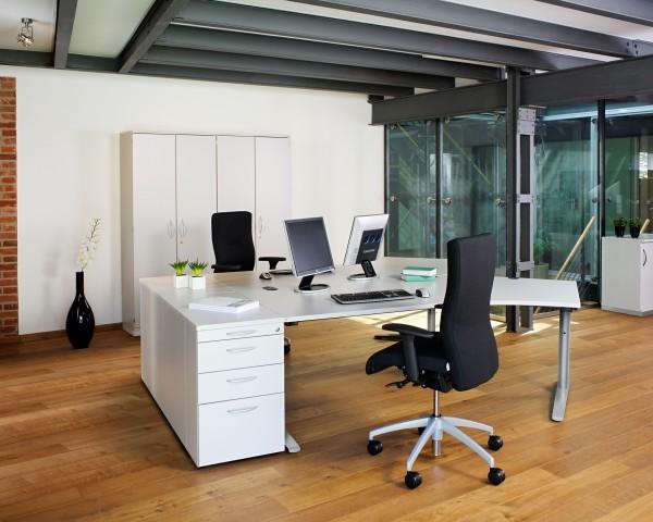 arbeitszimmer einrichten schwarze decke und brauner boden
