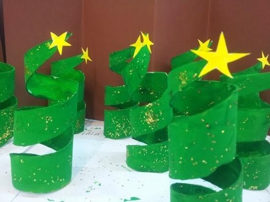 basteln mit klorollen weihnachtsbäume grün