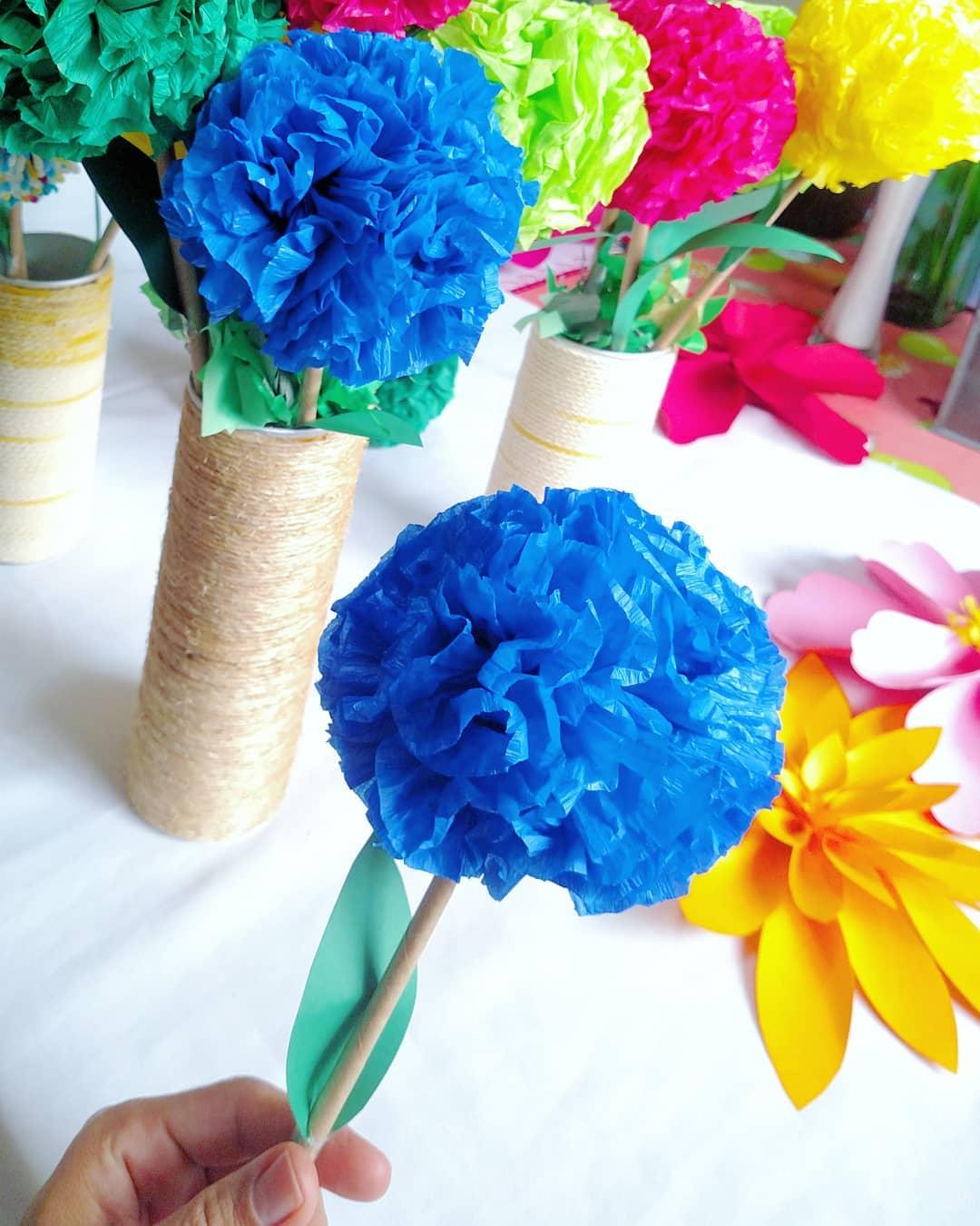 basteln mit krepppepapier blaue und gelbe blüten