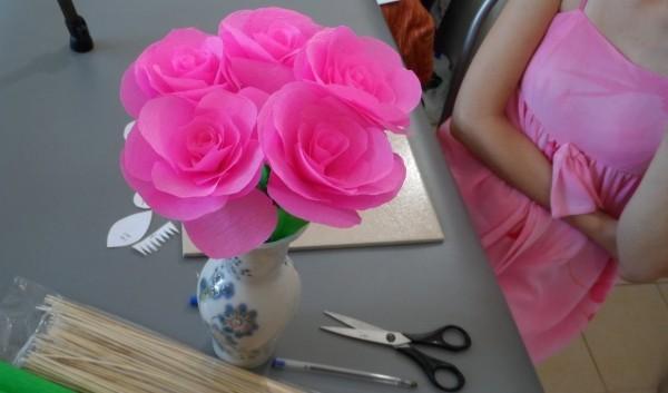 basteln mit krepppepapier helle rosen