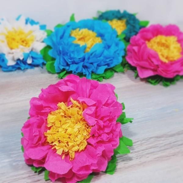 basteln mit krepppepapier rosa und blau krepppepapier blumen