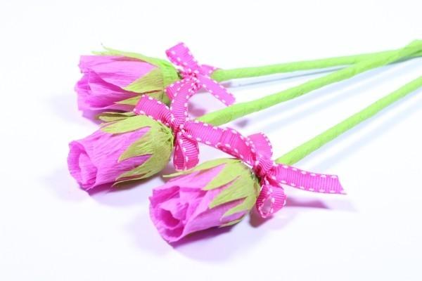 basteln mit krepppepapier tolle rosen mit band