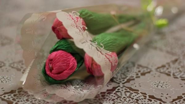blumenstrauß mit rosen basteln mit krepppepapier