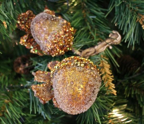 christbaumschmuck basteln mit eicheln und glitzer