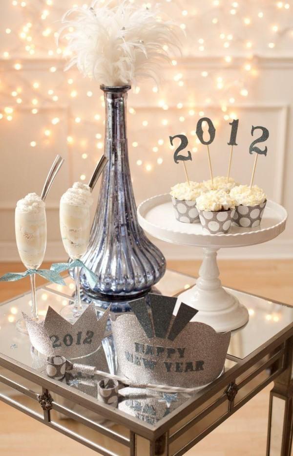 deko ideen weiße desserts und silbernes highlight