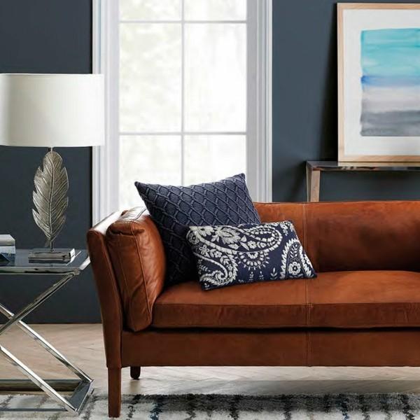 dunkle brautöne ledersofa wohnzimmer blaue wandfarbe