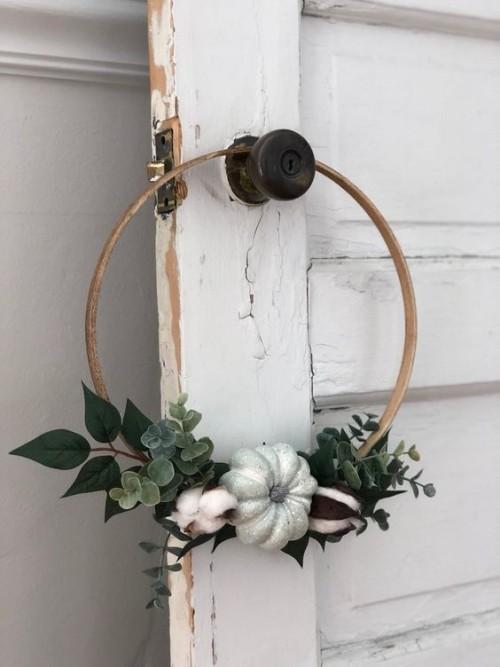 eine Vintage Tür - tolle Herbstkränze Idee