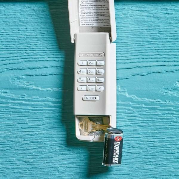 geldverstecke telefon an der wand