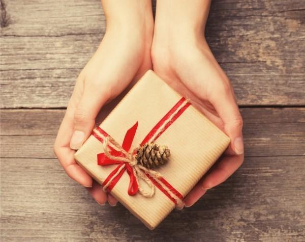 geschenkpapier eichel und rote bänder
