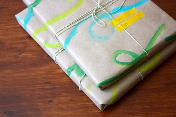 geschenkpapier mit bemalten und angeklebten mustern
