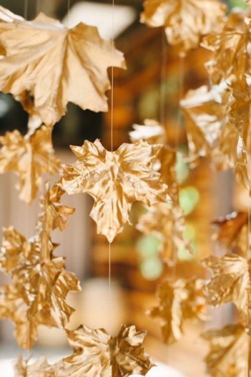 goldene ideen mit schönen herbstblättern