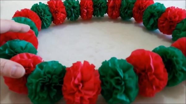 grün roter krepppepapier kranz weihnachtsbastelideen