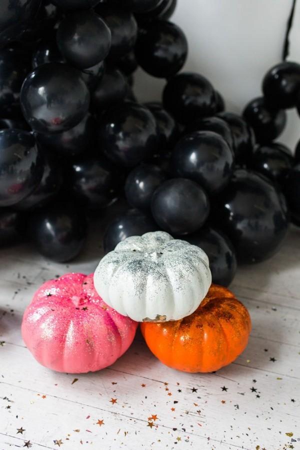 halloween deko mehrere verschiedene kürbisse
