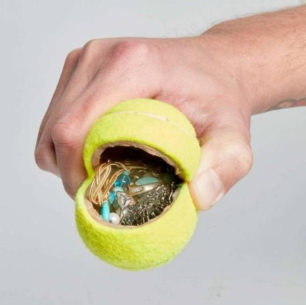 in einem ball für tennis geldverstecke