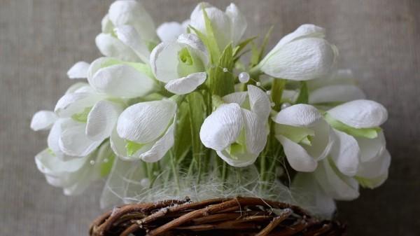 korb mit frühlingsblumen basteln mit krepppepapier