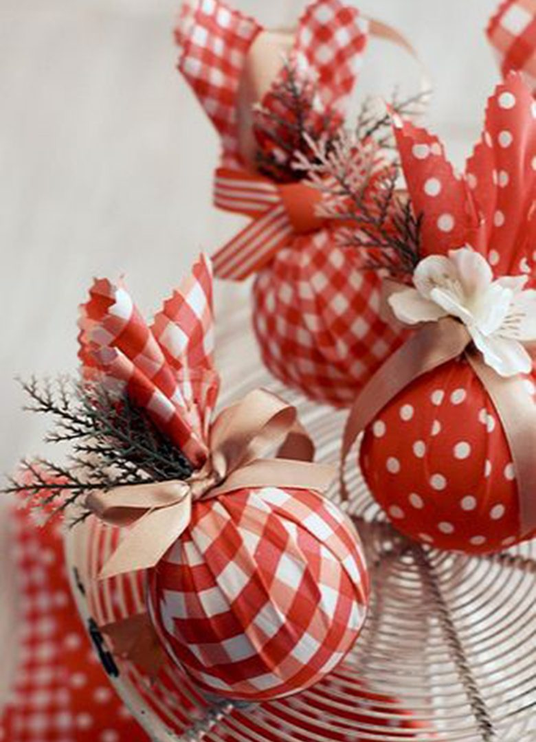 kugeln in rot und weiß weihnachtsbastelideen