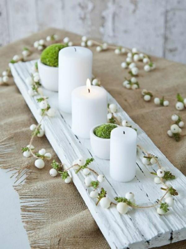 minimalistische tischdeko winter mit moos und kerzen