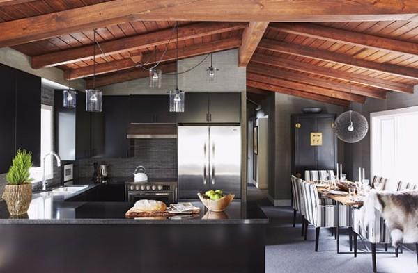 modernes Küchendesign in dunklen Farben offene Balken rustikale Note Hängelampen