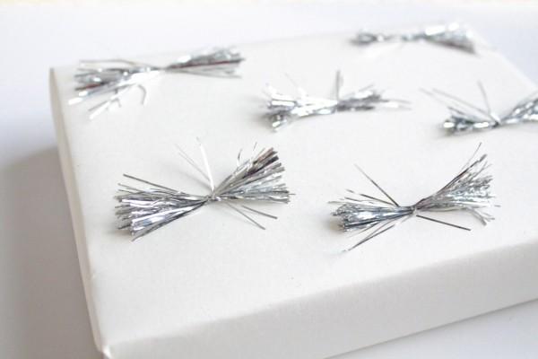 silberne bändchen geschenkpapier
