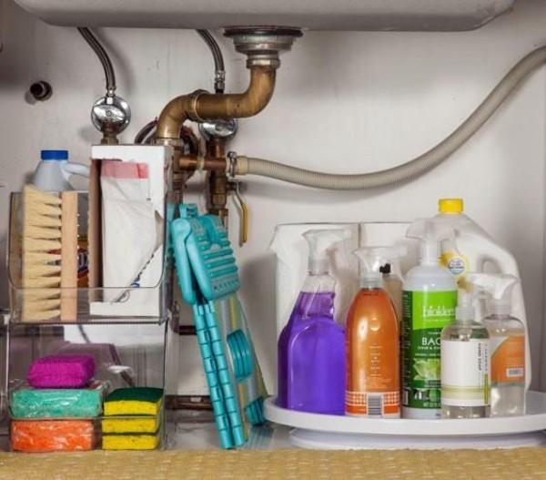stauraum viele reinigungsprodukte