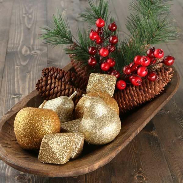 tischdeko winter goldene früchte beeren zapfen