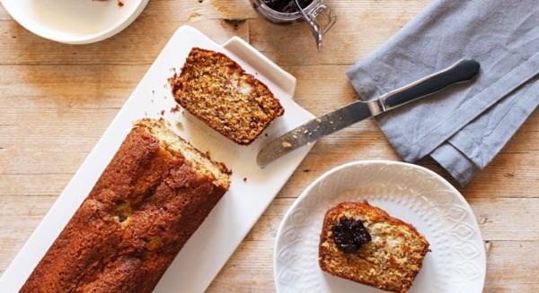 veganes bananenbrot mit marmelade zum frühstück