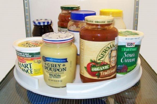 verschiedene saucen und konserven stauraum