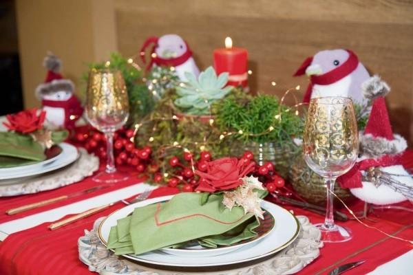 weihnachtenbastelideen grüne servietten und rote tischdecke
