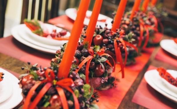 weihnachtenbastelideen kerzen und naturmaterialien mit orangenem glanz