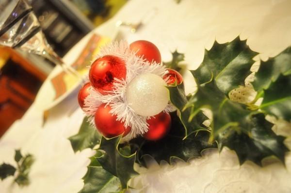 weihnachtenbastelideen kugeln und künstluche blätter