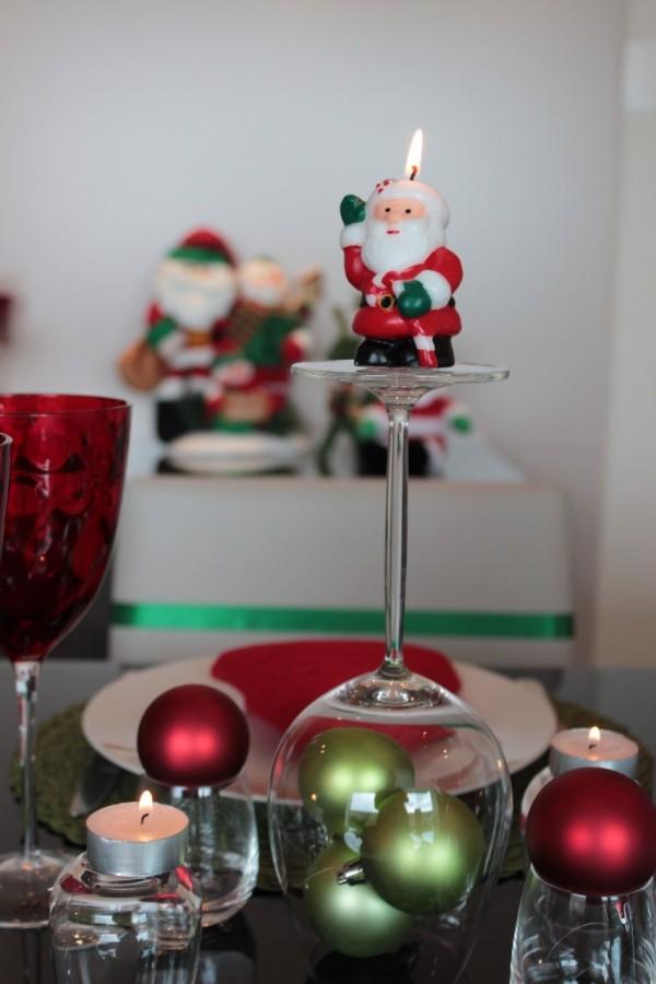weihnachtenbastelideen tischgestaltung mit weihnachtskugeln