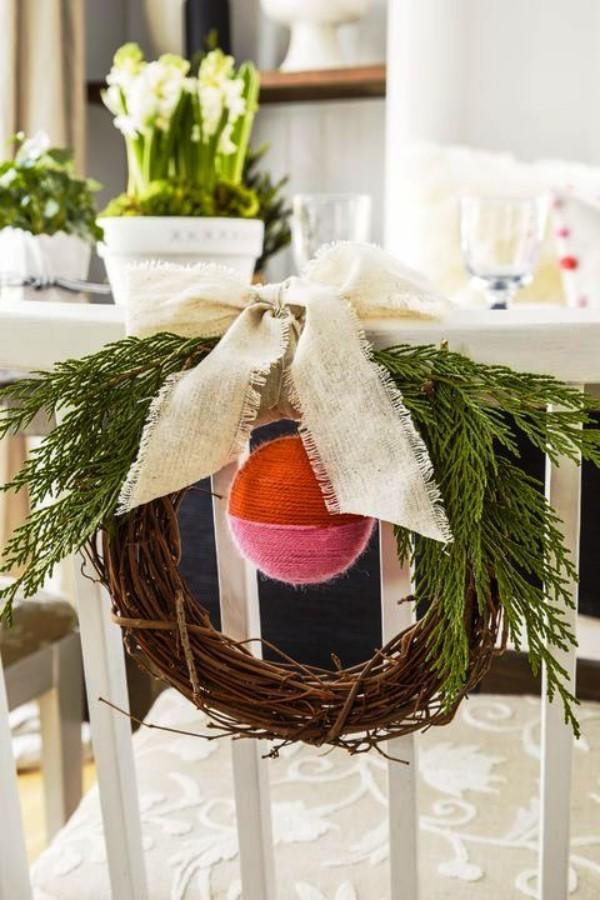 weihnachtliche Tischdeko kranz stuhl