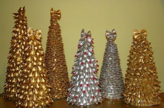 weihnachtsbäume basteln mit nudeln