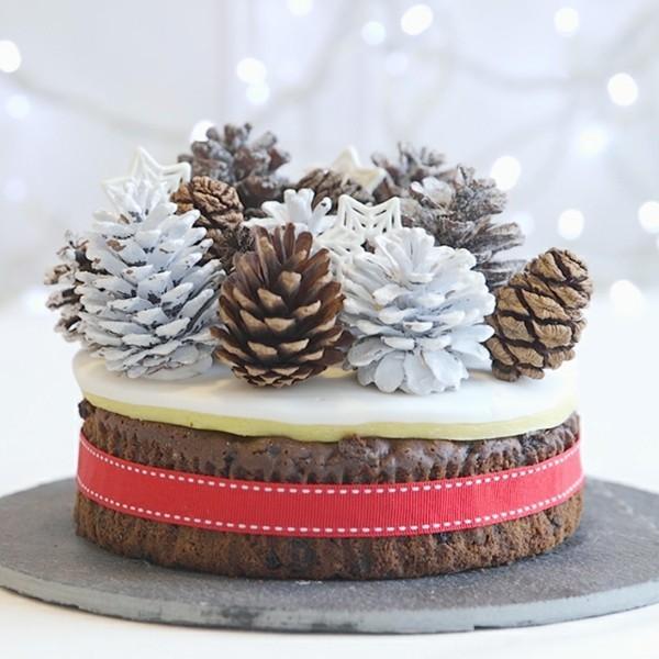 weihnachtsdeko tischdeko winter kuchen mit zapfen dekorieren