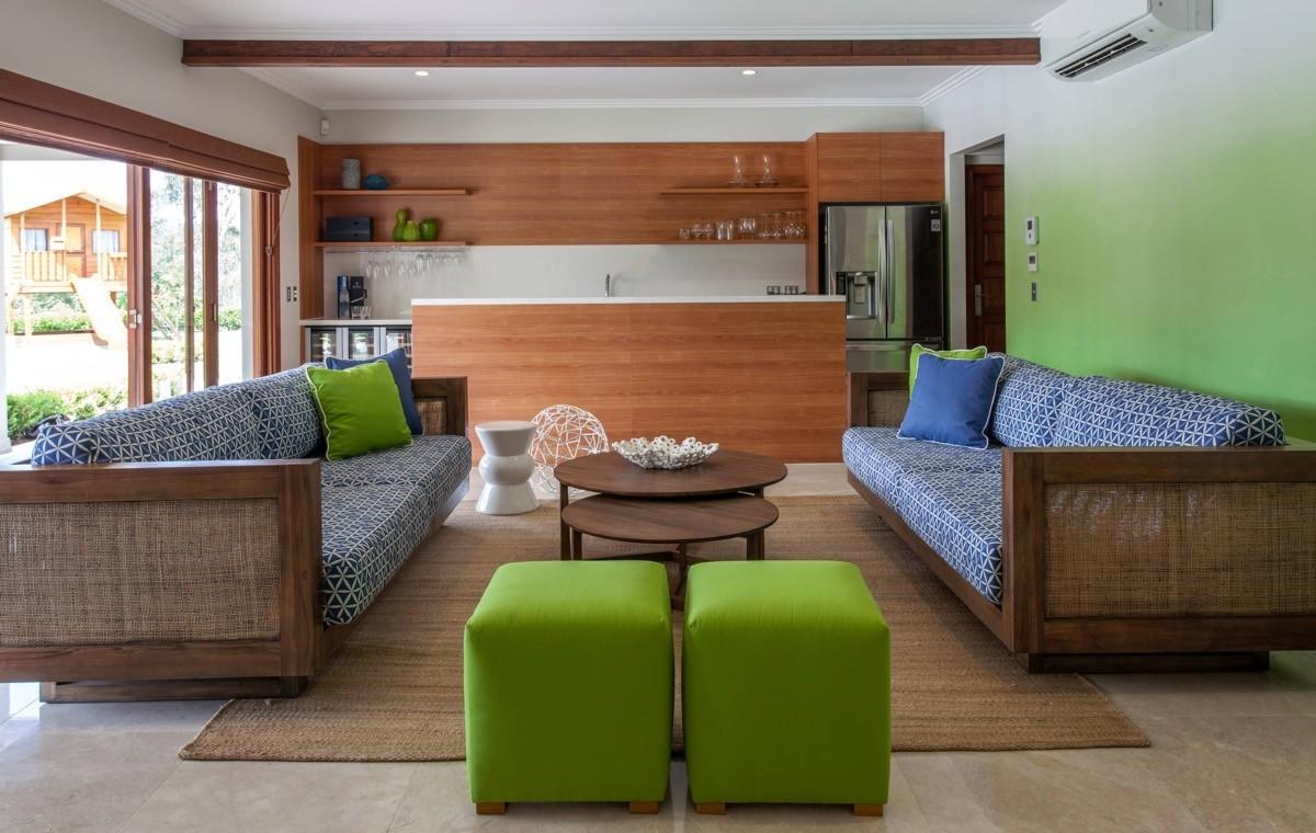 wohnzimmer farben blaue und grüne möbel