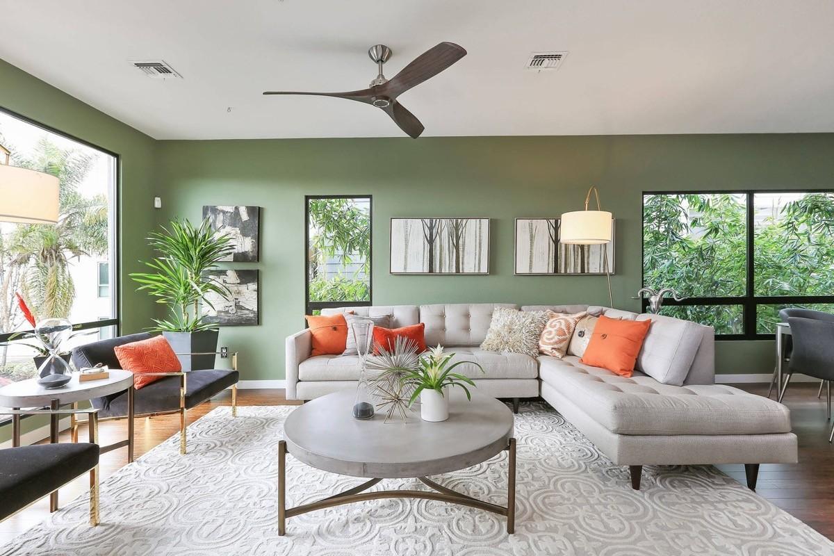 wohnzimmer farben weiße möbel und grelle akzente