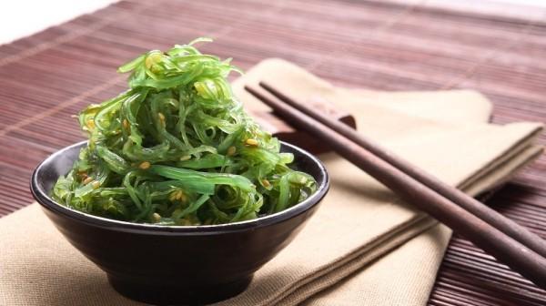 Japanisches Essen Algen in Schüssel serviert Stäbchen typisch japanisch