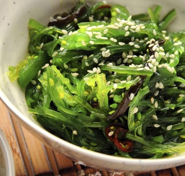 Japanisches Essen Algen zubereitet in Schüssel serviert mit Samen bestreut