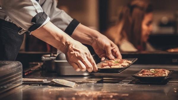 Japanisches Essen Fleisch mit Gemüse zubereiten