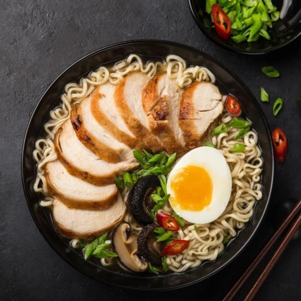 Japanisches Essen Hähnchenfleisch mit Nudeln auf Japanisch noch Pilze rote Paprika gekochtes Ei