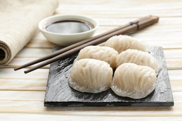 Japanisches Essen Reis Soya Sauce mit Stäbchen essen