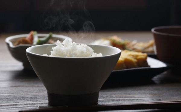 Japanisches Essen Reis wird gedämpft in Schüssel serviert gesunde Lebensweise