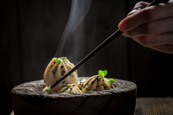 Japanisches Essen heiße Speise in Holzschüssel serviert schön arrangiert