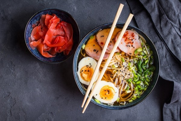 Japanisches Essen traditionelle Suppe mit Schweinefleisch Brühe Nudeln Gemüse gekochtes Ei