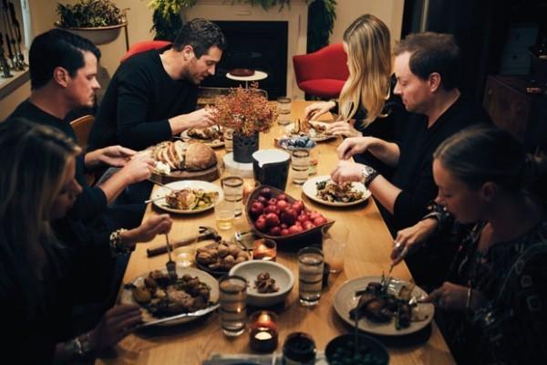 Unterhaltungstipps gutes Essen mit Freunden zusammen genießen
