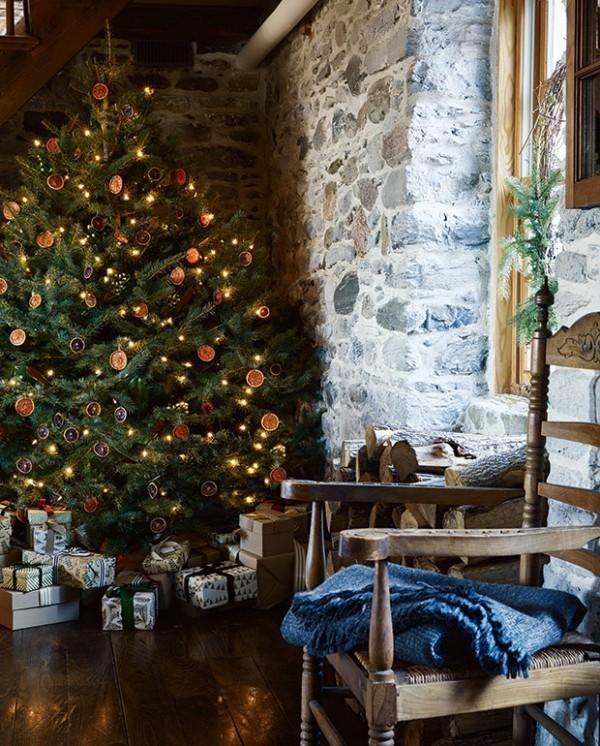 Weihnachten auf dem Lande üppig geschmückter Tannenbaum Steinwand gestapelte Geschenke sanfte Texturen