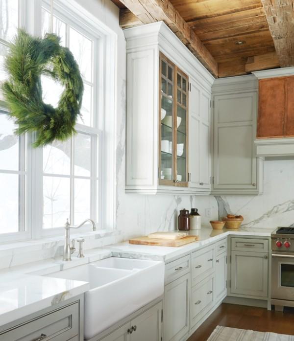 Weihnachten auf dem Lande feiern Kranz am Küchenfenster visueller Unterschied