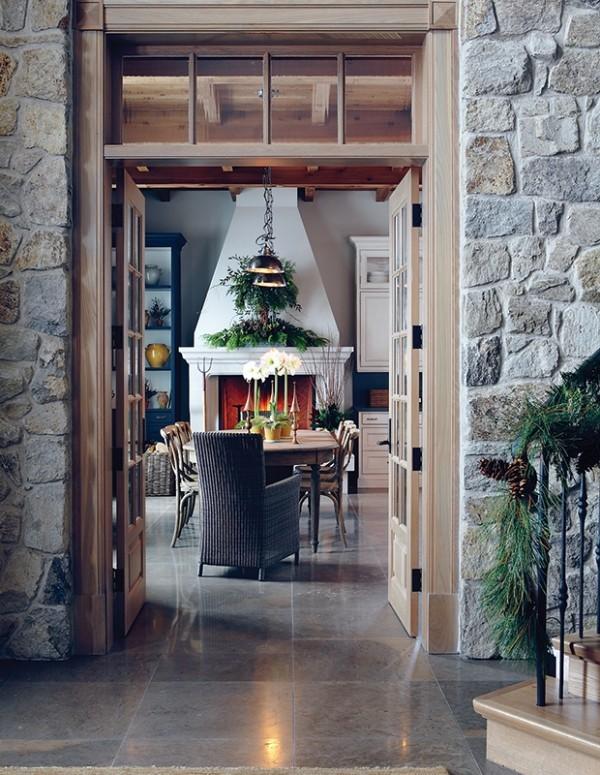 Weihnachten auf dem Lande feiern Landhaus festlich dekoriert Steinwand frische Düfte erfüllen die Raumluft