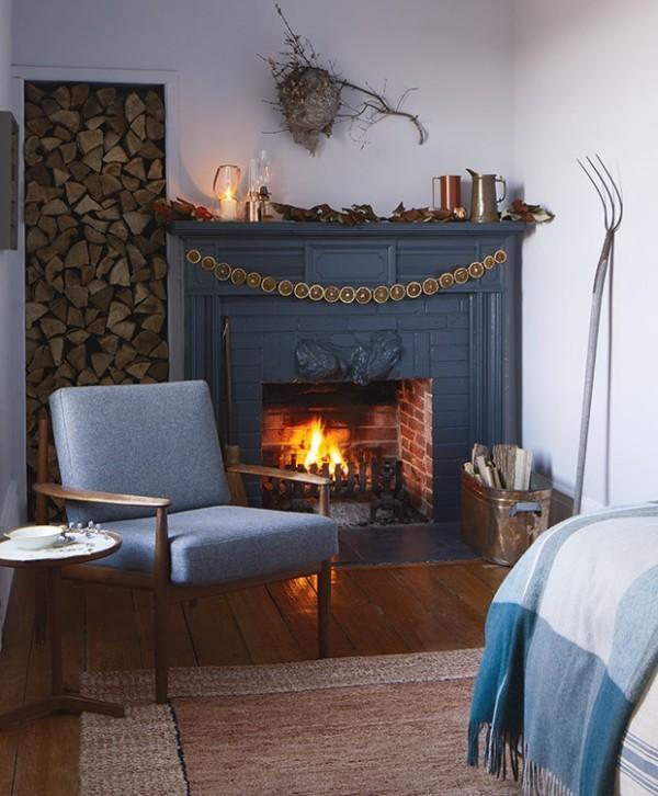Weihnachten auf dem Lande feiern Sessel Kamin Brennholz Schlafbett sanftes Blau dominierende Farbe